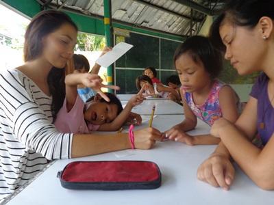 필리핀에서 아이들에게 과외ㅏ 교육 수업을 하고 있는 교육 봉사자