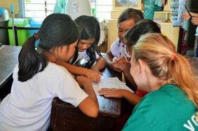 필리핀에서 아이들에게 교육활동을 하고 있는 봉사자