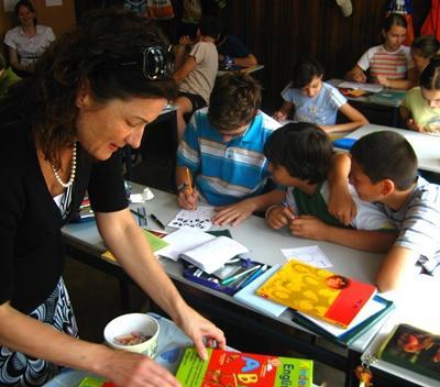 봉사자가 루마니아의 학교에서 예술 및 수공예 수업을 하고 있다
