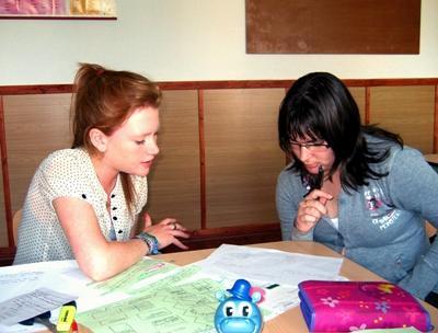 루마니아의 학교에서 성인들의 교육활동을 돕고 있는 교육 봉사자