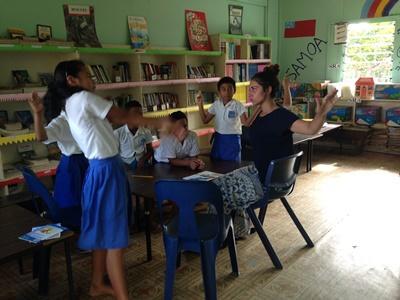 프로젝트어브로드 사모아 사회복지 참가자가 아피아에 위치한 기관에서 아이들과 게임을 하고 있다.