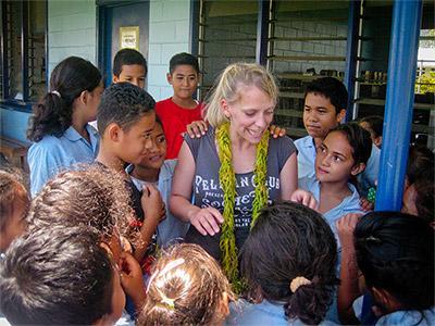 사모아의 학교에서 청소년들을 가르치고 있는 교육 봉사자