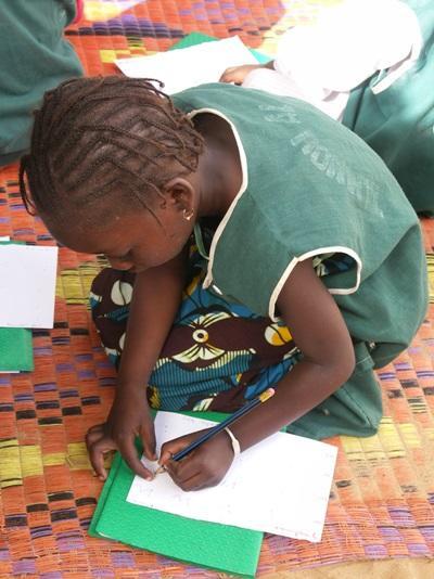 세네갈의 학생들이 수업시간에 공부를 하고 있다