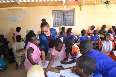 세네갈 학교의 어린이들이 교육 봉사자들에게 교육을 받고 있다