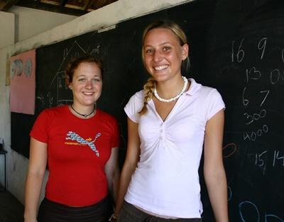 스리랑카의 학교에서 교육봉사를 하고 있는 갭이어 봉사자들
