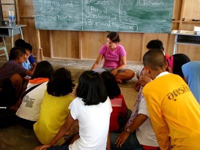 프로젝트어브로드 봉사자에게 교육을 받고 있는 태국의 학교 학생들