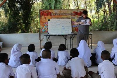 태국의 학생들이 교육봉사자에게 배우고 있다