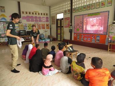 태국의 학생들에게 수업을 하고 있는 교육봉사자