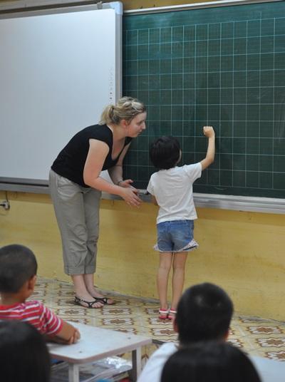베트남의 학생들이 교육봉사자의 도움으로 수업을 받고 있다