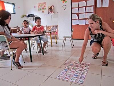 아르헨티나의 교육 프로젝트 봉사자가 학생들에게 게임으로 교육하고 있다