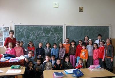 루마니아의 교육 프로젝트에서 봉사자들이 학생들을 교육하는 모습