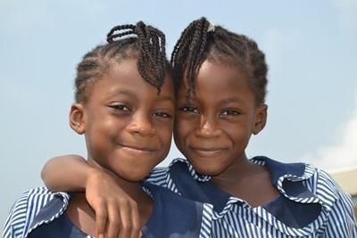 교육 프로젝트에서 공부를 하고 있는 가나학교의 여자아이들