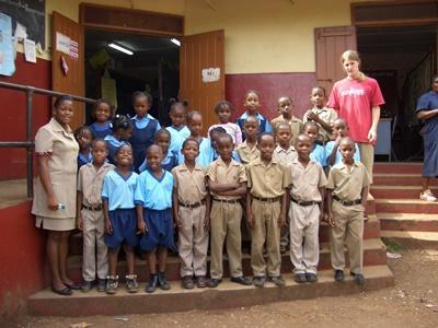 중남미의 자메이카에서 교육 자원봉사를 하는 봉사자