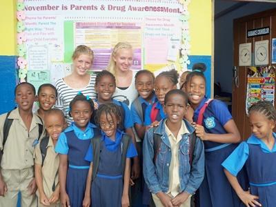 중남미의 자메이카에서 학교 교육 자원봉사를 하는 봉사자