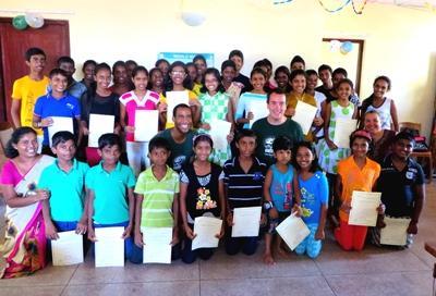 IT교육을 받고 졸업하는 학생들과 교육 자원봉사자