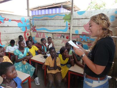 아이들에게 학교 교육 자원봉사를 하는 봉사자