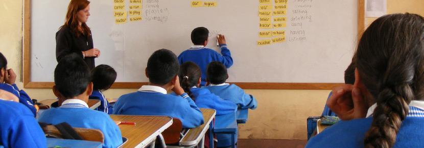 페루의 신성계곡에서 아이들에게 언어를 교자육하는 잉카 프로젝트 봉사자