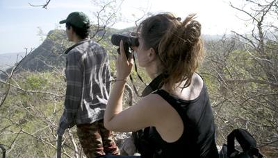 코스타리카 바라혼다 국립공원에서 조류관찰활동을 하는 프로젝트어브로드 환경보호 봉사자