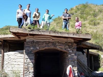 봉사자들이 아르헨티나의 동물 재활센터 관리를 하고 있다