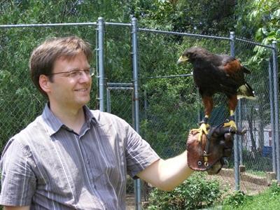 수의학 봉사자가 멕시코의 동물보호 센터에서 새들을 돌보고 있다