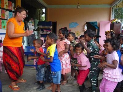프로젝트어브로드 자원봉사자들에게 어린이들이 위생을 배우고 있다