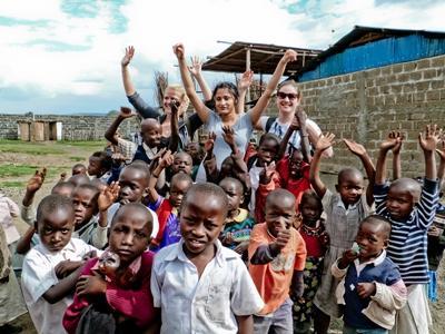 가나의 사회복지 및 지역사회 프로젝트에 참가하여 아이들을 돌봐주는 자원봉사자