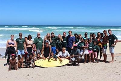 남아공 케이프타운의 겨울 스페셜 프로젝트에 참가한 봉사자들과 현지 어린이들